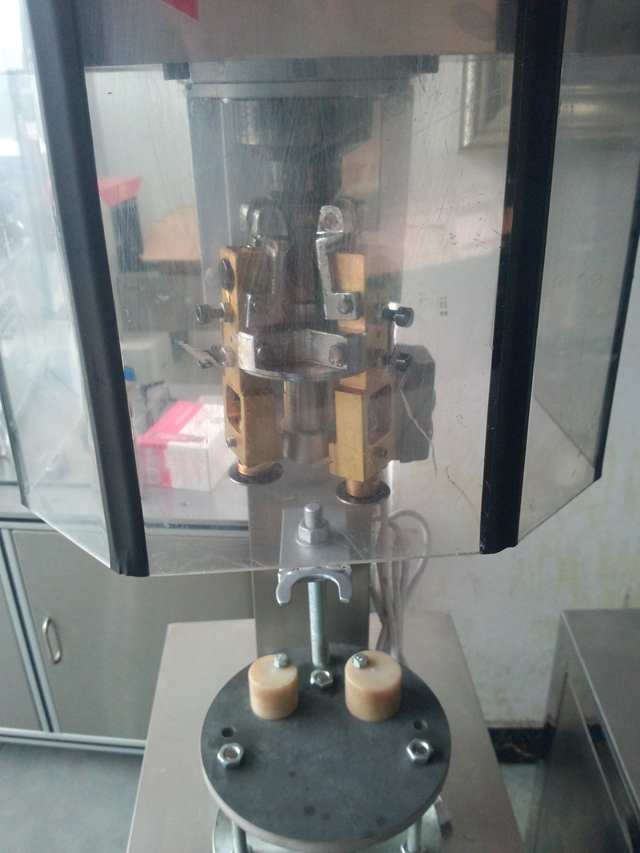 cans capping machine wine bottles.jpg